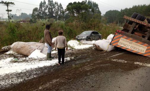 Caminhão carregado de açúcar tomba na BR 153