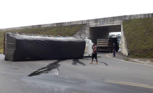 Caminhão tomba no acesso do viaduto de Porto Vitória