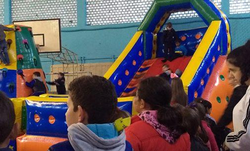 Crianças participam do Dia de Brincar do Túlio de França