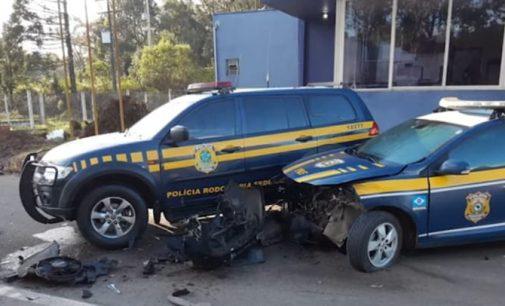 Condutor perde controle e bate em duas viaturas da PRF