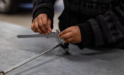 Jovens participam de curso gratuito de mecânica no SENAI