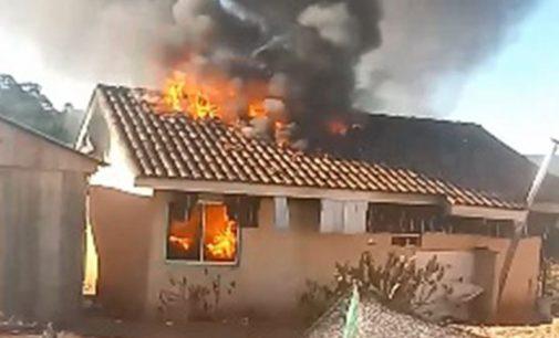 Incêndio destrói moradia no bairro Cohapar em Cruz Machado