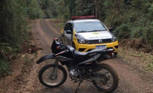 PM recupera moto furtada e prende dois homens