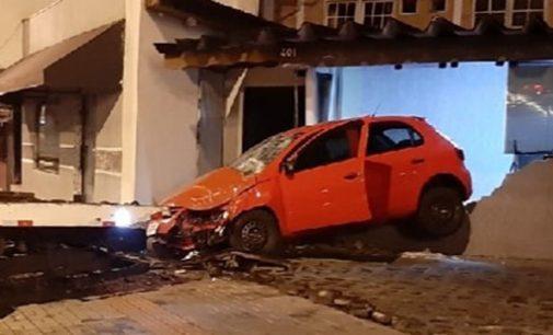 Condutor embriagado causa acidente no centro de Porto União