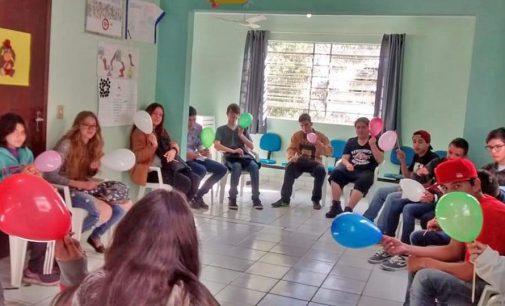 Adolescentes participam de curso oferecido pelo CRAS