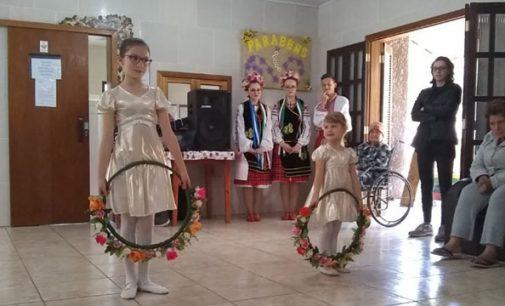 Circuito Cultural leva alegria para os idosos dos abrigos