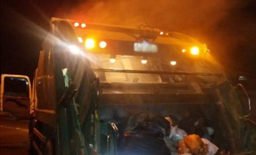 Caminhão de lixo pega fogo em Porto União