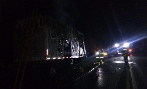 Incêndio destrói caminhão na BR 476 no bairro Ouro Verde