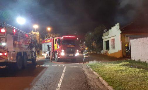 Bombeiros combatem incêndio em moradia em União da Vitória
