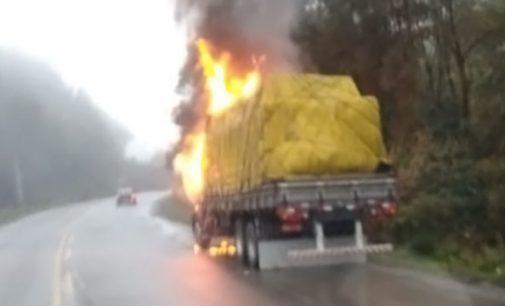 Caminhão com placa de União da Vitória pega fogo na SC 418