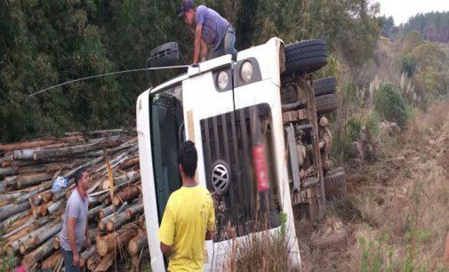 Caminhão tomba na SC 135 entre Matos Costa e Calmon