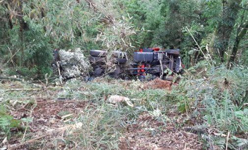 Caminhoneiro morre ao sair de pista na BR 153