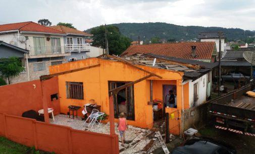 Chuva e vento – Casas ficam destelhadas nas cidades irmãs