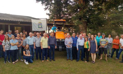 Comunidade de Nova Galícia recebe novo trator