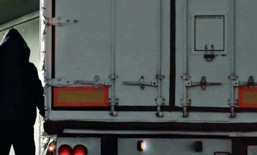 Caminhões tem carga e baterias furtados na BR 476