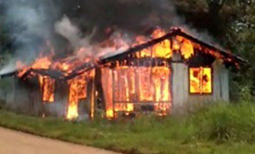 Incêndio destrói casa na PR 446 em Porto Vitória