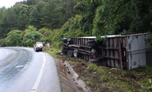 Caminhão tomba na BR 153 na região do Cacique