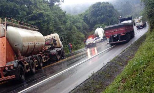 PRF registra acidente na BR 153, entre carro e caminhão