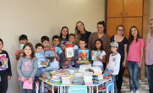 Uniguaçu realiza doação de livros para Instituto Piamarta