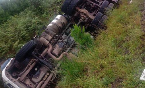 Caminhão tomba na SC 135 na região de Matos Costa