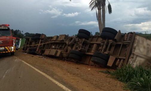 Caminhão tomba  na via de acesso a Irineópolis