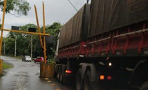 Caminhão fica entalado próximo da ponte dos Arcos