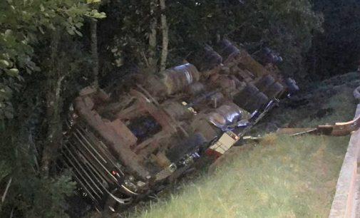 Caminhão tomba na BR 153 na Serra do Leão