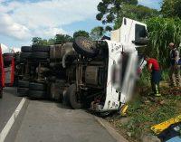 Caminhão de União da Vitória tomba na BR 476