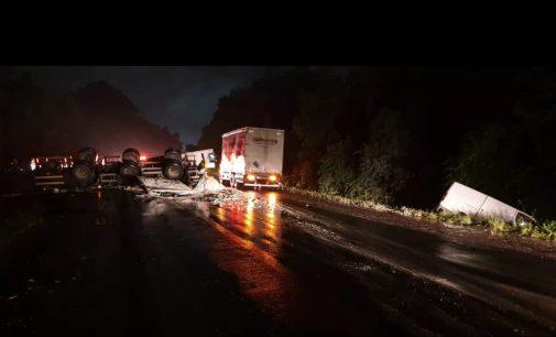 Caminhão tomba e carga atinge van na BR 476 em Paula Freitas