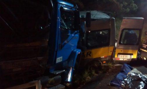 Acidente entre van e caminhão na BR 153 deixa três óbitos