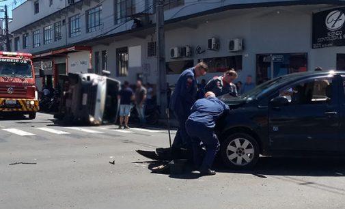 Van tomba em acidente no centro de Porto União