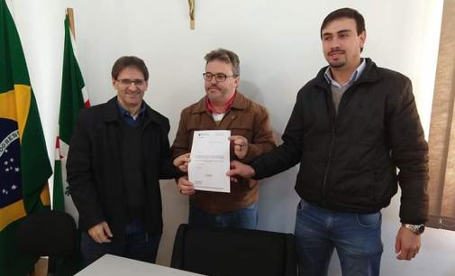 Matos Costa assina convênio entre o Governo do Estado de SC