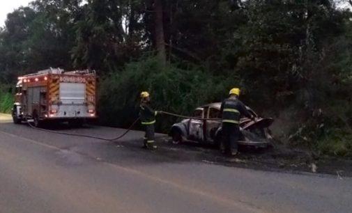 Veículo pega fogo na SC 135 em São Miguel da Serra
