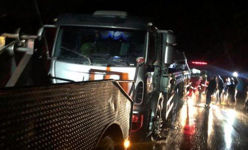 Acidente na BR 153 deixa caminhoneiro preso às ferragens