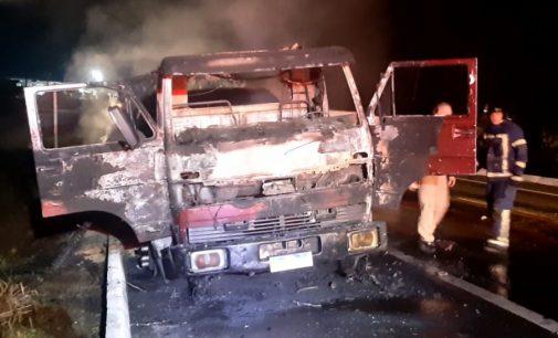Caminhão pega fogo e cabine fica destruída na BR 153