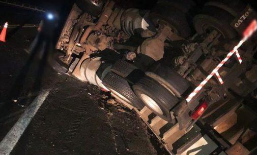 Condutor perde a direção e tomba caminhão na BR 153