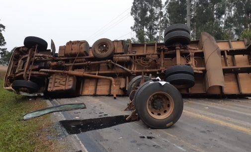 Caminhão tomba na BR 153 e interdita a rodovia