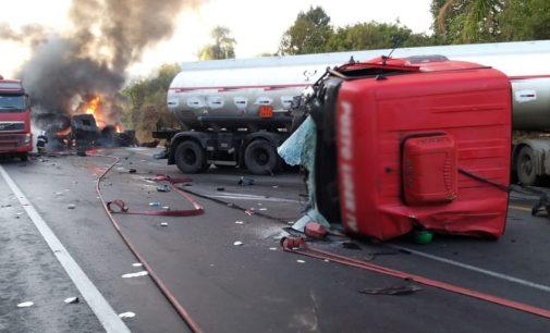 Caminhões se envolvem em grave acidente na BR 476 entre São Mateus do Sul e Curitiba